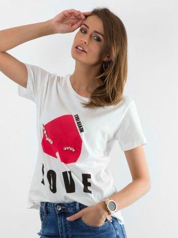 Biały t-shirt z napisem LOVE NEVER FAILS