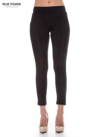Czarne legginsy z fakturowanymi wstawkami po bokach