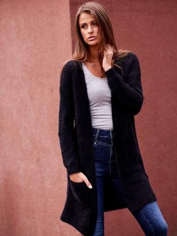 Czarny długi puszysty sweter