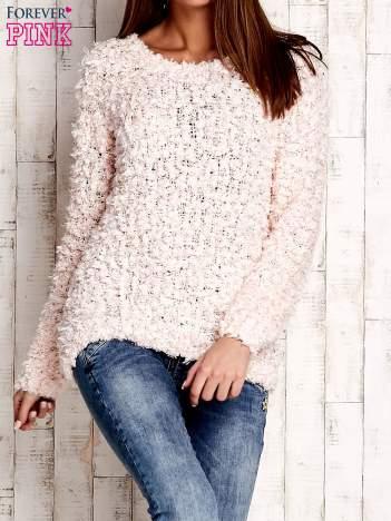 Jasnoróżowy włochaty sweter