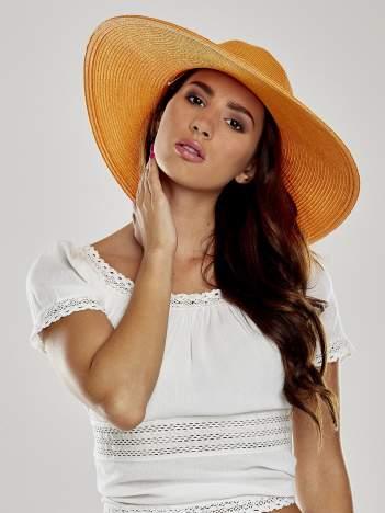 Pomarańczowy kapelusz z dużym rondem i dżetami