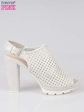 Srebrne ażurowe sandały na słupku