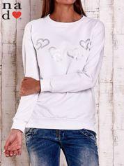 Biała bluza z motywem serduszek