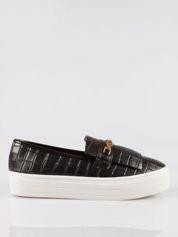 Czarne buty slip on crocodile skin ze złotym łańcuchem