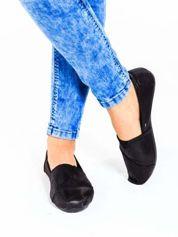 Czarne buty sliponki z efektem skóry jaszczurki