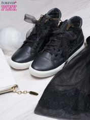 Czarne skórzane sneakersy z koronkowymi wstawkami