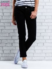 Czarne spodnie regular jeans z dżetami w pasie