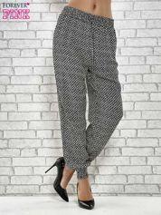 Czarne zwiewne spodnie alladynki w drobny wzór geometryczny