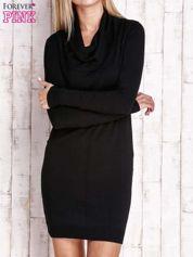 Czarny długi sweter z golfem i dekoltem w prążki