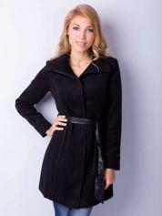 Czarny wełniany płaszcz ze skórzanym paskiem