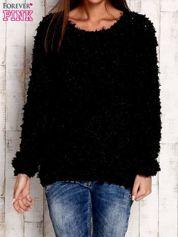 Czarny włochaty sweter