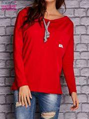 Czerwona bluzka z wiązaniem przy dekolcie i kieszenią
