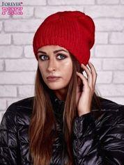 Czerwona czapka z warkoczowym splotem
