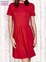 Czerwona sukienka dresowa wiązana na kokardę z tyłu