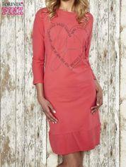 Czerwona sukienka dresowa z sercem z dżetów