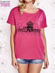 Fuksjowy t-shirt z ozdobnym napisem i kokardą