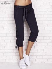 Grafitowe dresowe spodnie capri z materiałowym paskiem