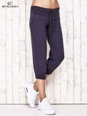 Grafitowe spodnie dresowe capri z kwiatowymi kieszeniami