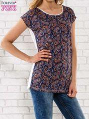 Granatowy t-shirt w motyw paisley