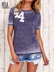 Granatowy t-shirt z numerkiem efekt acid wash