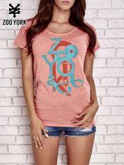 Koralowy t-shirt z literowym nadrukiem