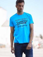 Niebieski t-shirt męski ze sportowym nadrukiem i napisem SUPERIOR
