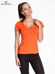Pomarańczowy t-shirt sportowy z dekoltem w lekkie V