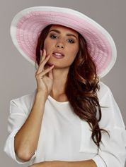 Różowy kapelusz słomiany z dużym rondem i drobnymi paskami