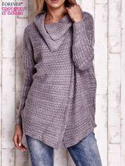 Szary melanżowy sweter z szerokim kołnierzem