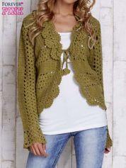 Zielony sweter z wiązaniem
