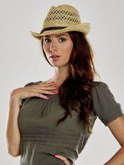 Żółty damski kapelusz kowbojski z ciemną plecionką