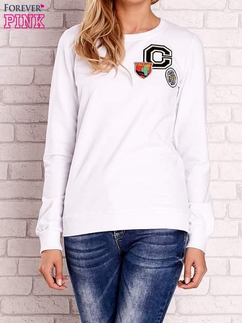 Biała bluza z kolorowymi naszywkami