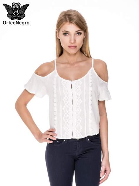 Biała koszula z odkrytymi ramionami i haftem