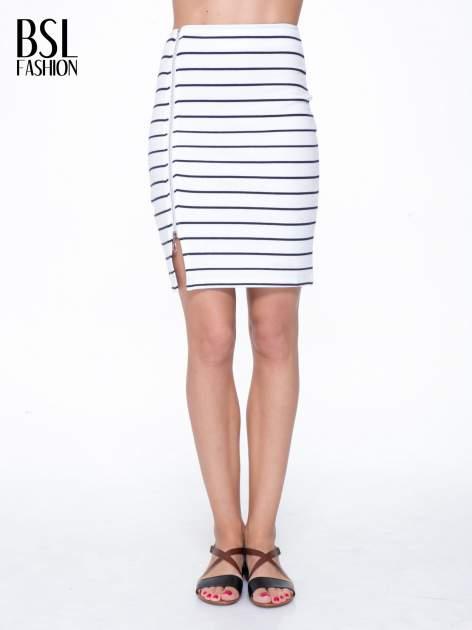 Biała mini spódnica w paski z suwakiem z boku
