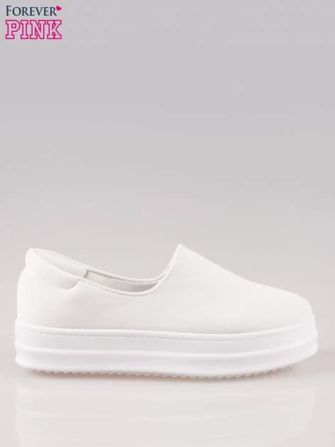 Białe buty slip on na wysokiej podeszwie