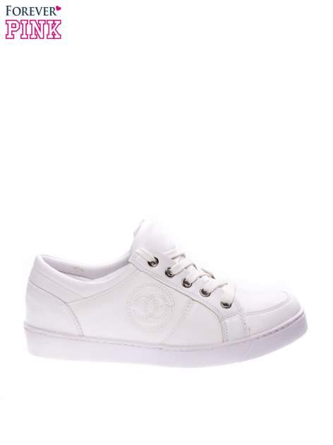 Białe klasyczne buty sportowe