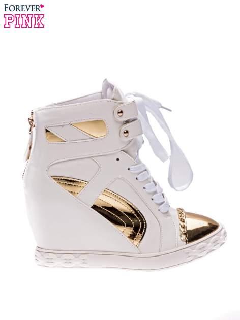 Białe sneakersy ze złotą blaszką