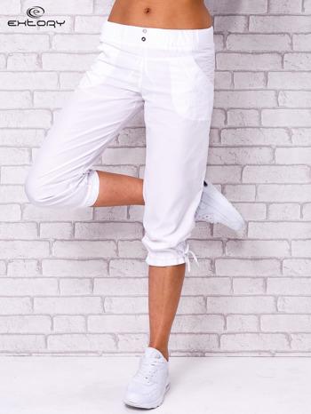 Białe spodnie sportowe capri z guzikami
