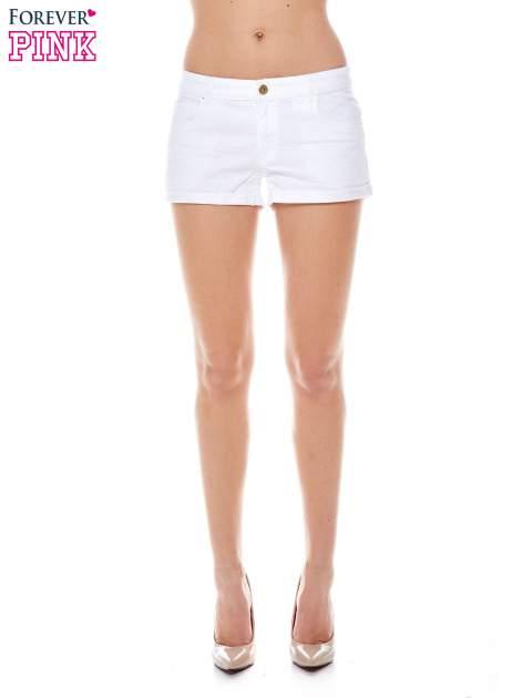 Białe szorty z kieszeniami