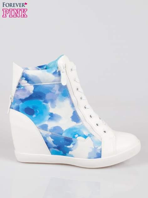 Biało-niebieskie sneakersy damskie z motywem floral