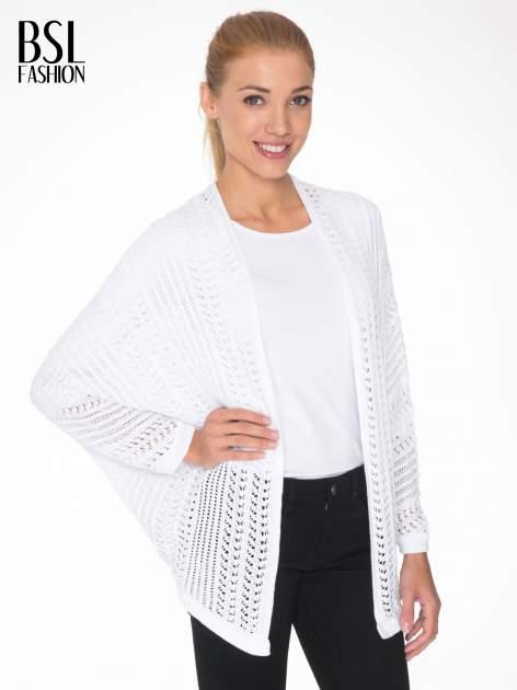 Biały ażurowy sweter typu narzutka poncho