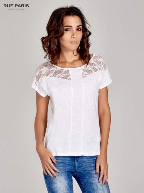 Biały t-shirt z koronkową aplikacją na górze