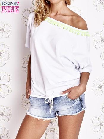 Biały t-shirt z limonkowymi pomponikami przy dekolcie