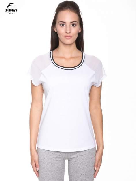 Biały t-shirt z transparentnymi rękawami
