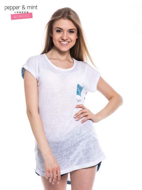 Biały t-shirt z wydłużanym tyłem w niebieskie paski