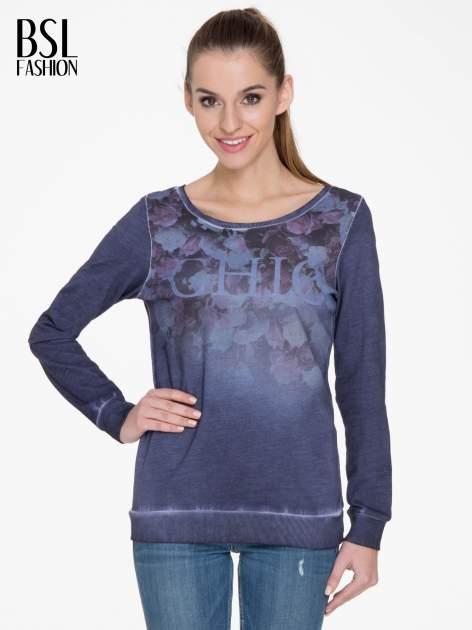 Ciemnoniebieska bluza z efektem cieniowania i napisem CHIC