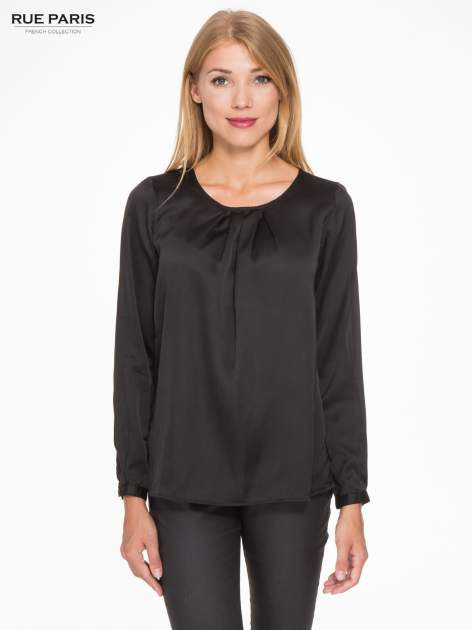 Czarna elegancka atłasowa koszula z zakładkami przy dekolcie