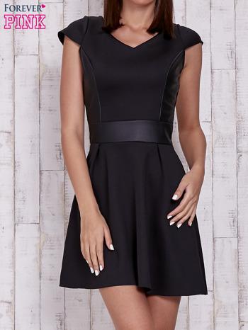 Czarna rozkloszowana sukienka ze skórzanym pasem