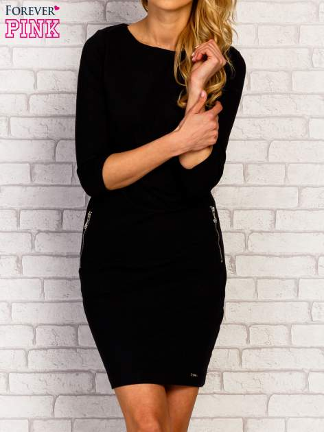Czarna sukienka z kieszeniami na suwak
