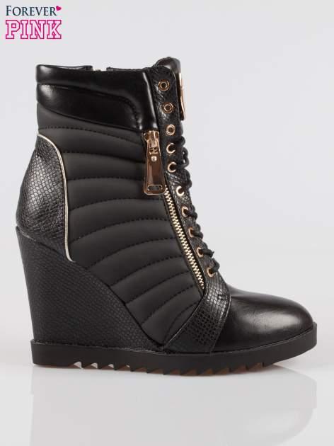Czarne sneakersy z motywem skóry jaszczurki i złotymi detalami